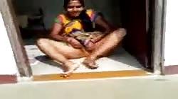 My neighbour bhabhi lifting saree to show cunt..desi