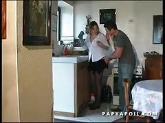 Papy se tape la jeune et jolie femme de menage avec 2 potes