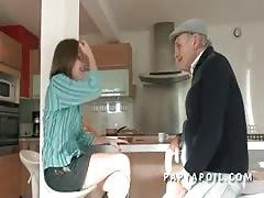 Papy baise une jeune et jolie etudiante