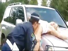 гаишник трахнул девушку на дороге отпрыгав верхом