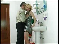 Elle se fait baiser par un vieux dans la salle de bain
