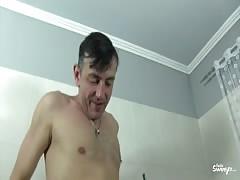 Reife Swinger - German amateur rides hard cock in the tub