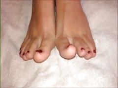 Lina moves her sexy creamy feet (part 2)