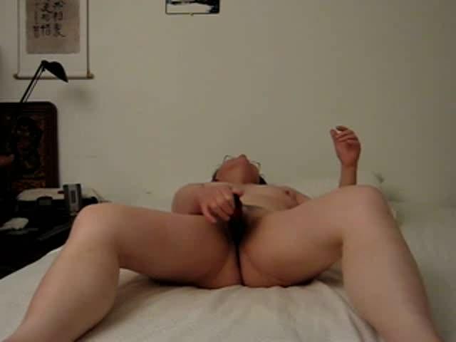 tayno-lezha-masturbiruet