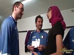 Akila Bouachir defoncee par 3 mecs dans le vestiaire