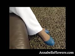 Bleached inexperienced milf Annabelle Flowers gives a footjob