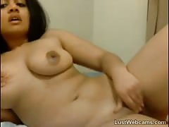 Indian babe masturbates on webcam